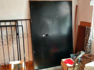 Металлическая входная дверь, три рифленых стекла на окна, двери