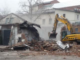 Снос строений сооружений конструкций домов очистка участков территории