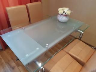 Стеклянный стол в хорошем состоянии с выдвижной функцией.