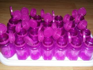 Containere goale din plastic transparent de calitate alimentara.