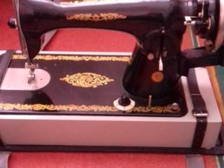 Продам машину швейную бытовую 2М-34 класса с ручным приводом. Торг.