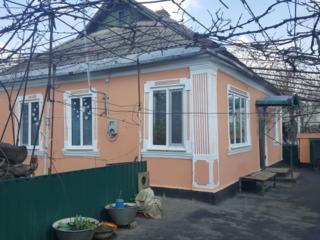 Продам дом на кирпичах, 3 комнаты, удобства, 2 гаража, подвал.