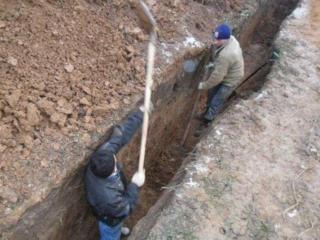 Копаем вручную ямы, траншеи.