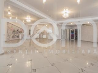 Restaurant 800 m2, 2 nivele, 2 săli de banchete, bar-club, terasa.
