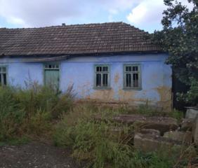 Продам ветхий дом в Парканах с большим участком.