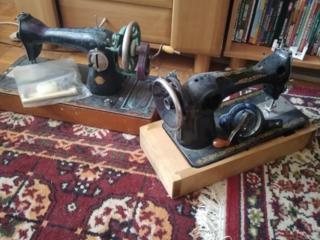 Продам две швейные машинки 300 руб.