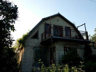 2-этажный кирпичный дом-дача 80 кв. м. с гаражом, рядом с г. Бельцы