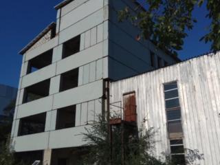 Продам капитальное 4 этажное строение + склад на большом участке.