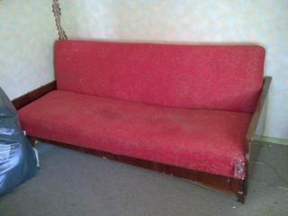 Приму в дар диван. Вывезу сам бесплатно ненужную мебель и технику.