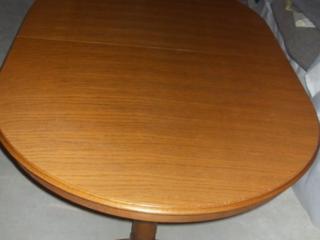 Masa ovala din lemn.