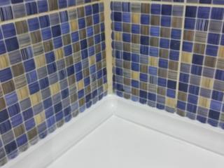 Плинтус - уголок бордюр керамический для ванной. Бел. Цвет. Установка.