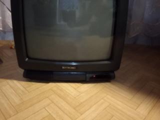 Продам цветной телевизор с пультом маленький на кухню
