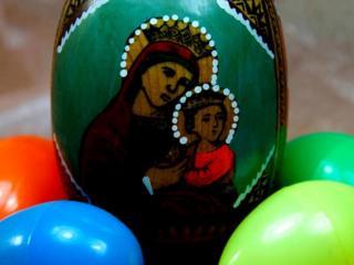Деревянное пасхальное яйцо с изображением иконы (писанка).