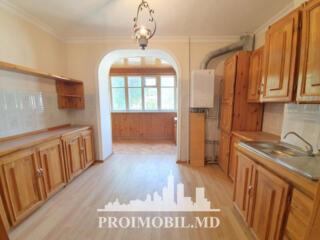 Vă propunem spre vînzare apartament cu 3camere + living, amplasat în