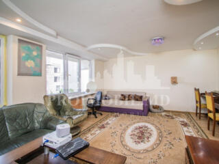 Propunem un apartament spațios in inima orașului, 2 camere + living, .