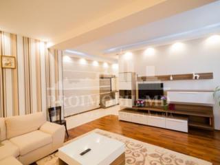Un superb apartament cu trei camere își așteaptă proprietarii! Are o .