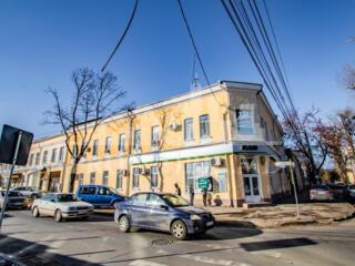 Proprietate comercială sau de birou situată la intersecția străzilor .