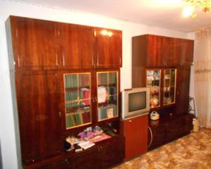 Срочно продаю мебельную стенку, темная полировка, 3 секции