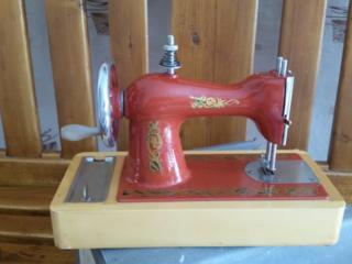 Советская детская швейная машинка