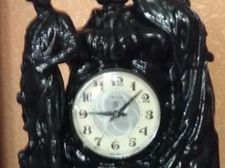 Cтатуэтки, значки, подсвечник, часы.