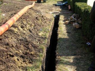 Копаем канализации траншеи сливные ямы септики есть кольца бетоновырубка.