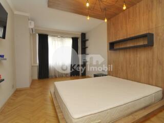 Vă prezentăm un apartament cu 3 camere, în sectorul Centru. ...