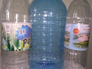 Пластиковая бутылка 2 и 1,5 л., чистая из-под воды