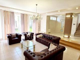 Se vinde casa spectaculoasă în stil clasic, str. Ciocârliei! Casa ...