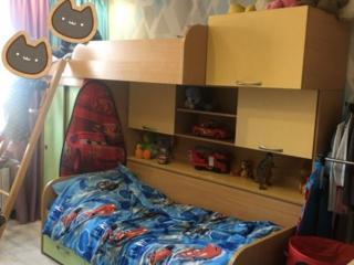 Продам двухэтажную кровать с многофункциональными шкафами чень удобная