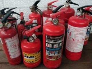 Огнетушители порошковые, некоторые требуют заряда по 25 руб