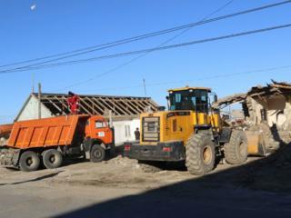 Транспорт вывоз строй мусора очистка участков снос старых строений домов .