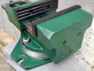 Продам тиски станочные 1986 г. в. губки 165 мм.