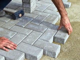 Производим укладку тротуарной плитки