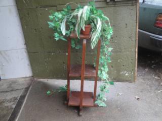 Продам б/у тумбы прикроватные и напольную для цветов, угловую полку.