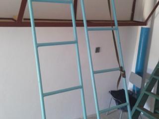 Металлические лестницы приставные большие, повышенной прочности.