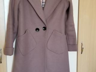 Продаются 2 пальто размер 46, б. у., весна-осень.