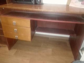 Срочно продаётся письменный, полированный стол б/у. Высота 74 см. Ширина