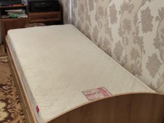 Кровать 200*90 с матрасом в хорошем состоянии есть и письменный стол