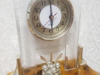 Продаются очень красивые настольные часы с янтарем. Недорого.