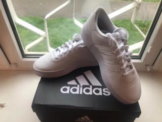 Продам женские кроссовки Adidas