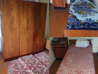 Кровати с матрасами и прикроватными тумбочками, по 500руб и тумбочки