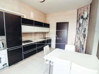 Se oferă spre chirie apartament cu două camere și living, amplasat în