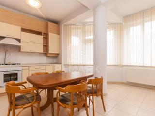 Se dă în chirie apartament cu 3 camere, amplasat în sect. Centru, ...
