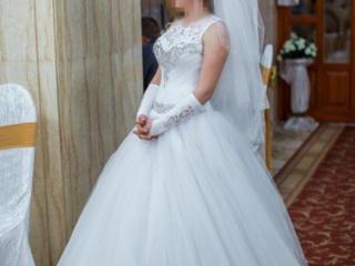 Свадебное платье, фата, перчатки, косынка и фартук