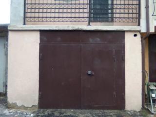 Vind garaj mare cu mansarda si balcon.