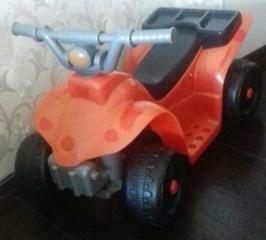 Детский квадроцикл красный на аккумуляторе 6V, заряжается от розетки.