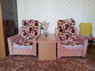 Продам 2 кресла и журнальный столик