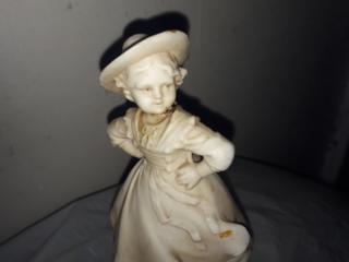 Старинная статуэтка девочки
