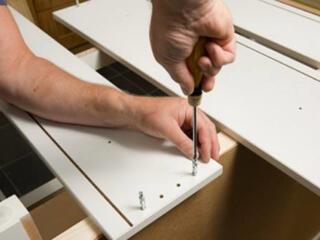 Caut mester pe instalarea, reparatia mobilei, usilor