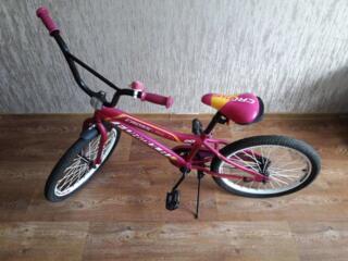 Детский двухколесный велосипед. Для ребенка младшего школьного возраста.